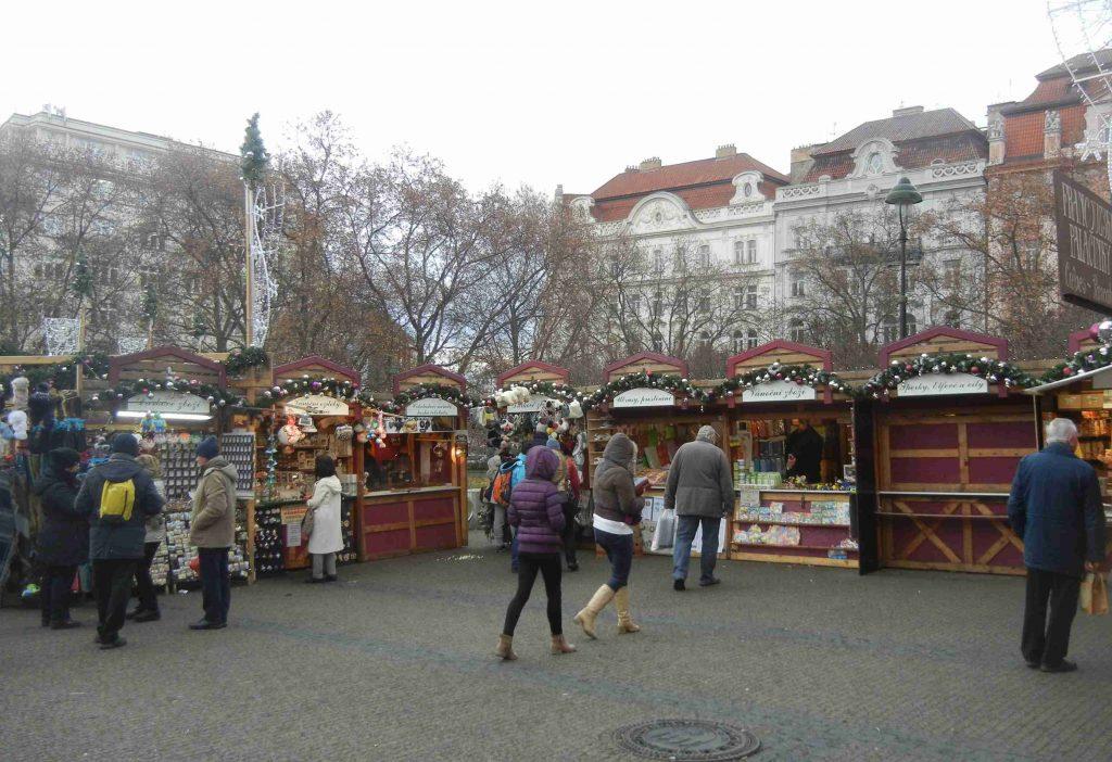 Mercatini di Natale a Praga: le casette di Piazza della Pace