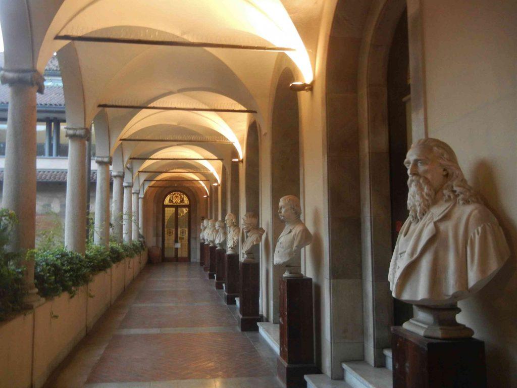 Pinacoteca Ambrosiana: il corridoio con vista sul cortile