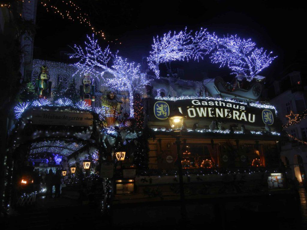 Illuminazione notturna di Natale dell'hotel e birreria di Baden Baden