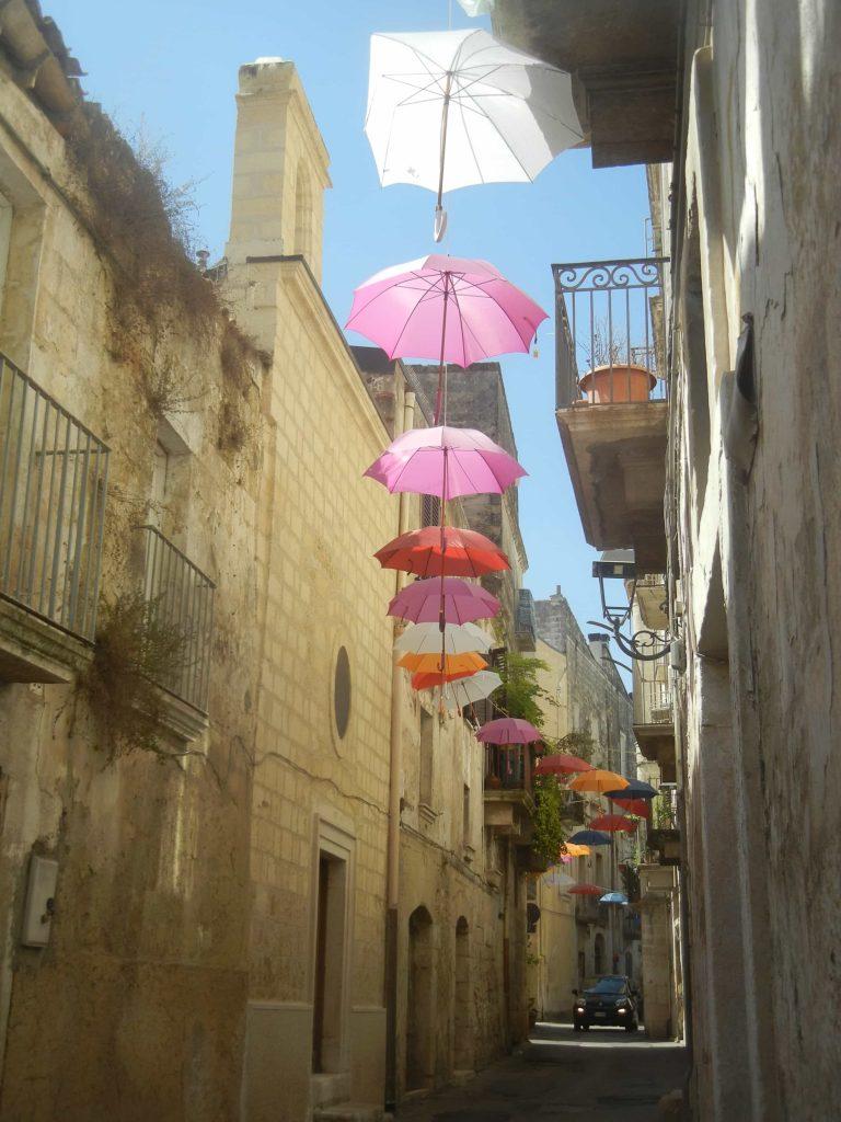 Gli ombrelli colorati nella via Santa Caterina
