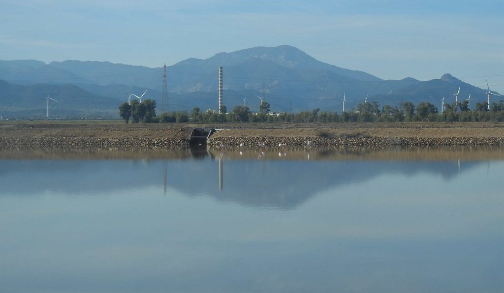 La zona industriale di Macchiareddu vista dalle saline