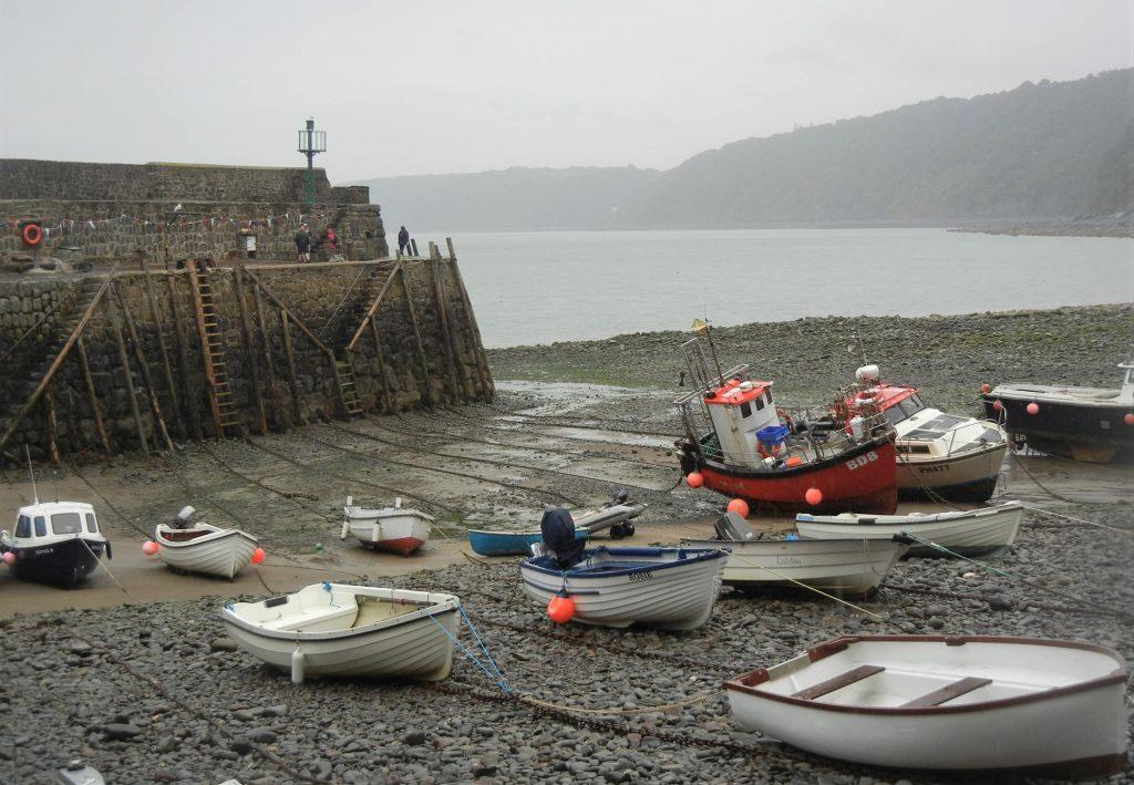 Barche sulla spiaggia del villaggio di Clovelly